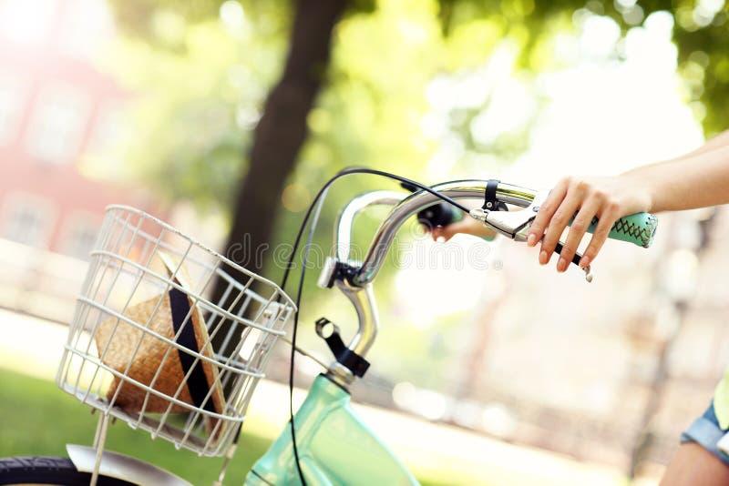 Monte d'un vélo en parc images libres de droits
