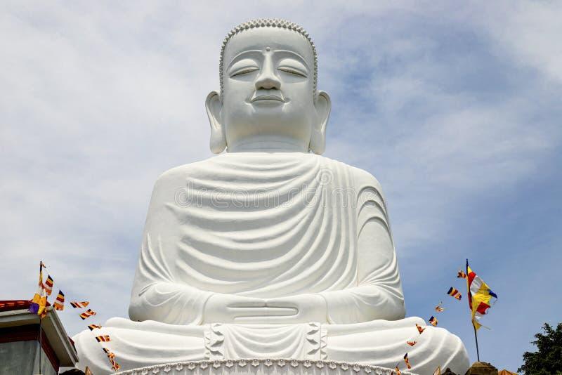 Monte Danang/Vietname do Na dos vagabundos, JUNHO, 24, 2019: Estátua grande da Buda na parte superior do monte, caracterizando um fotografia de stock