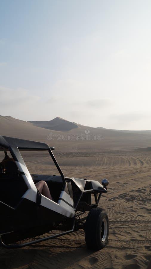 Monte dans un buggy des sables sur les sables photo libre de droits