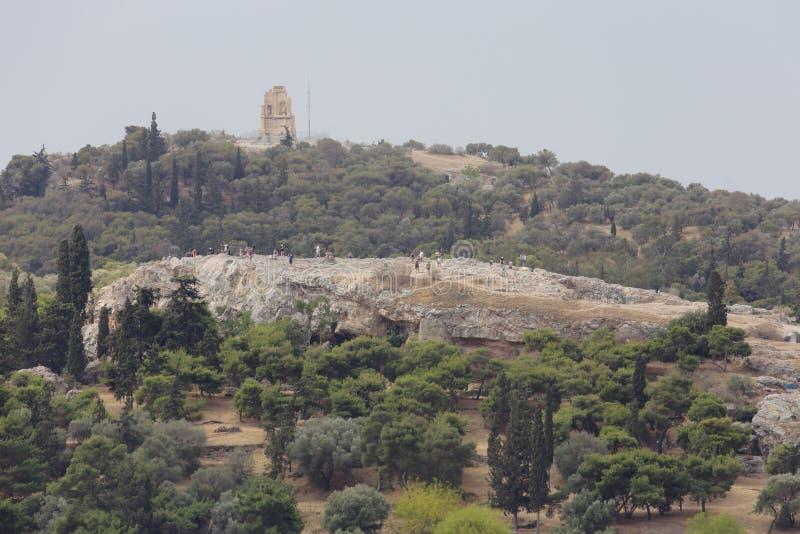 Monte de Areopagus e monumento de Philopappos em Atenas, Grécia imagens de stock
