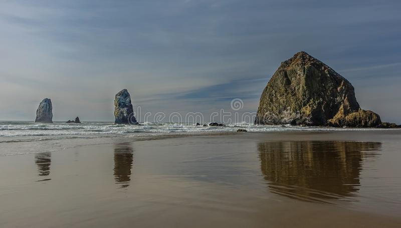 Monte de feno na praia do canhão fotos de stock