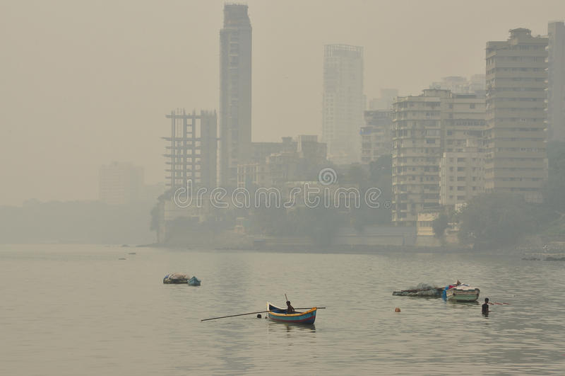Monte de Malabar, Mumbai, Índia Ar poluído obscuro fotos de stock