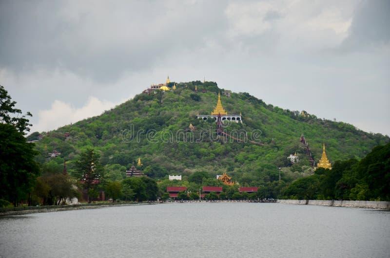 Monte de Mandalay com o fosso na parte dianteira do palácio de Mandalay em Mandalay, Myanmar fotografia de stock