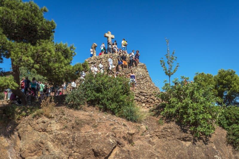 Monte de pedra coroado com três cruzes imagem de stock royalty free
