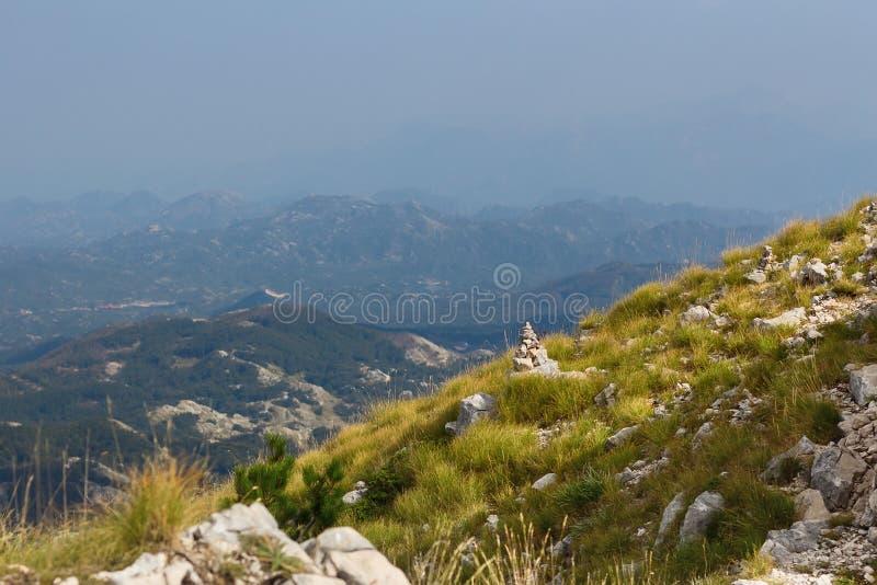 Monte de pedras de pedra na frente das montanhas e do céu fotos de stock