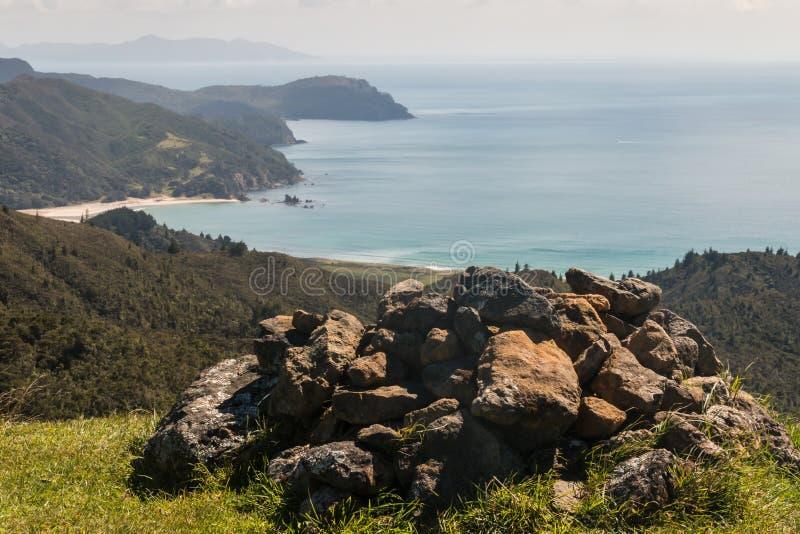 Monte de pedras na península de Coromandel foto de stock
