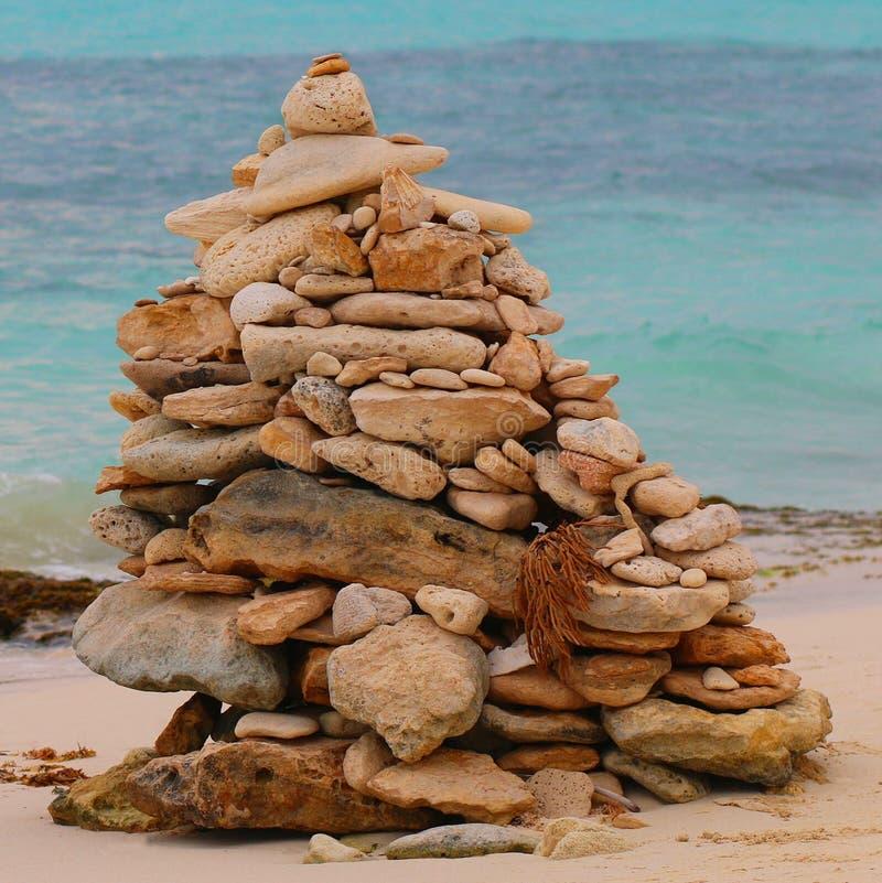 Monte de pedras na praia seixoso do mar contra o céu imagem de stock