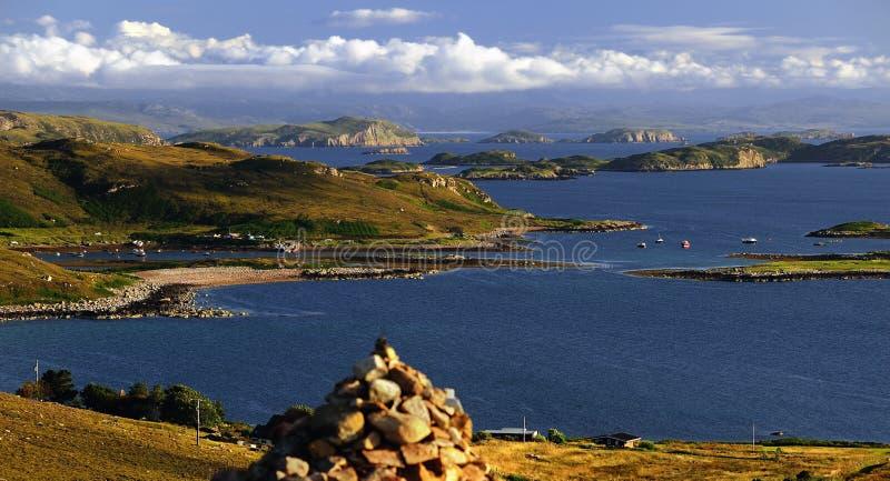 Monte de pedras, negligenciando as ilhas do verão, Coigach fotos de stock royalty free