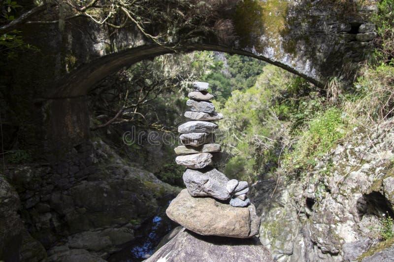 Monte de pedras de pedra sob a ponte, Rabacal, ilha de Madeira, Portugal foto de stock