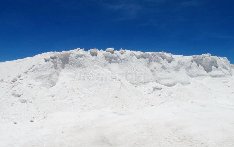 Monte de sal no lago de sal fotos de stock