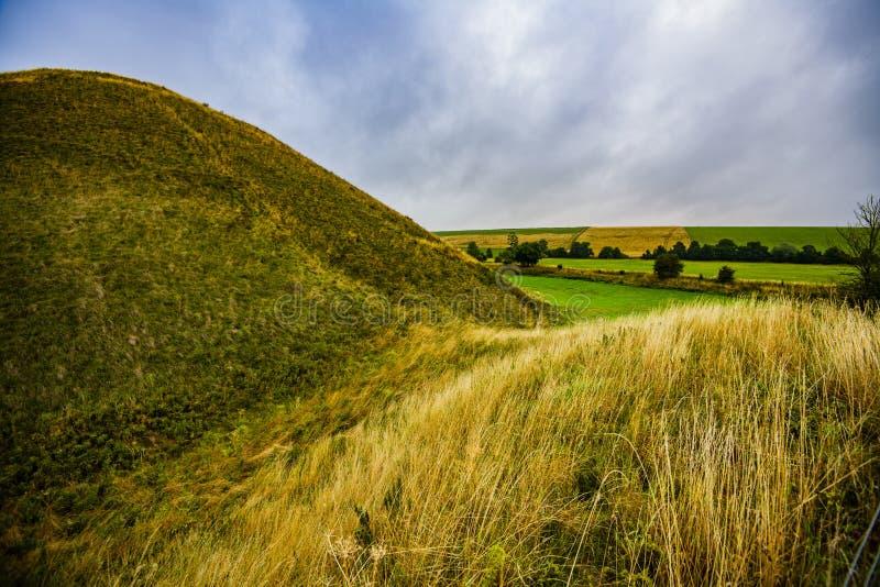 Monte de Silbury - a pirâmide pré-histórica antiga do giz perto de Avebury em Wiltshire, Inglaterra imagens de stock