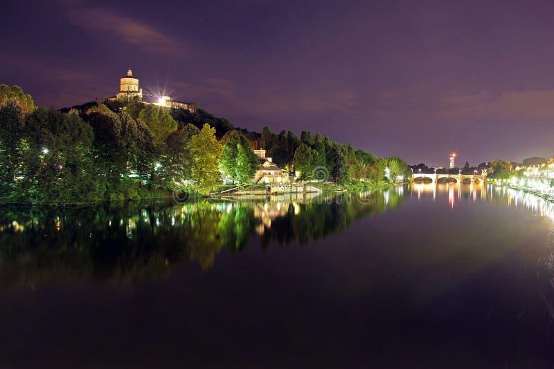 Monte-dei Cappuccini, das im Fluss PO, Turin, Italien sich reflektiert lizenzfreies stockbild