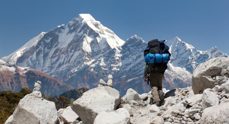 Monte Dhaulagiri con el turista, gran rastro himalayan foto de archivo libre de regalías