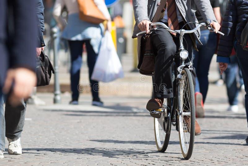 Monte du vélo dans la ville images libres de droits