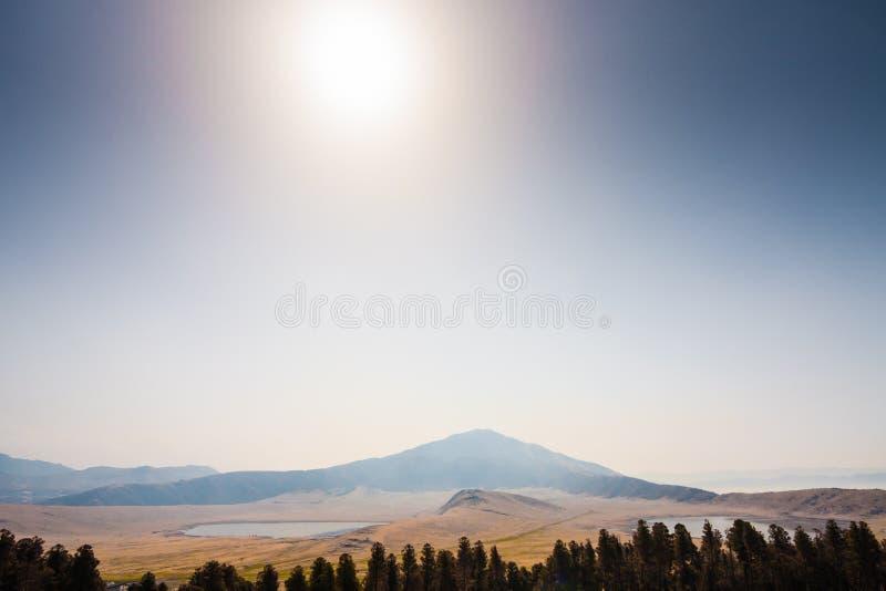 Monte Eboshi con dos lagos en Aso fotografía de archivo