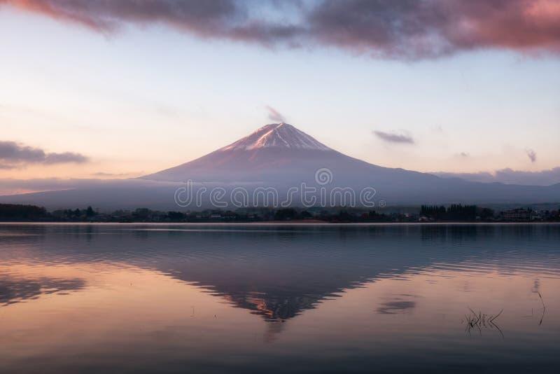 Monte el lago Kawaguchiko de la reflexión del calor del Fuji-san del volcán en el sol fotos de archivo