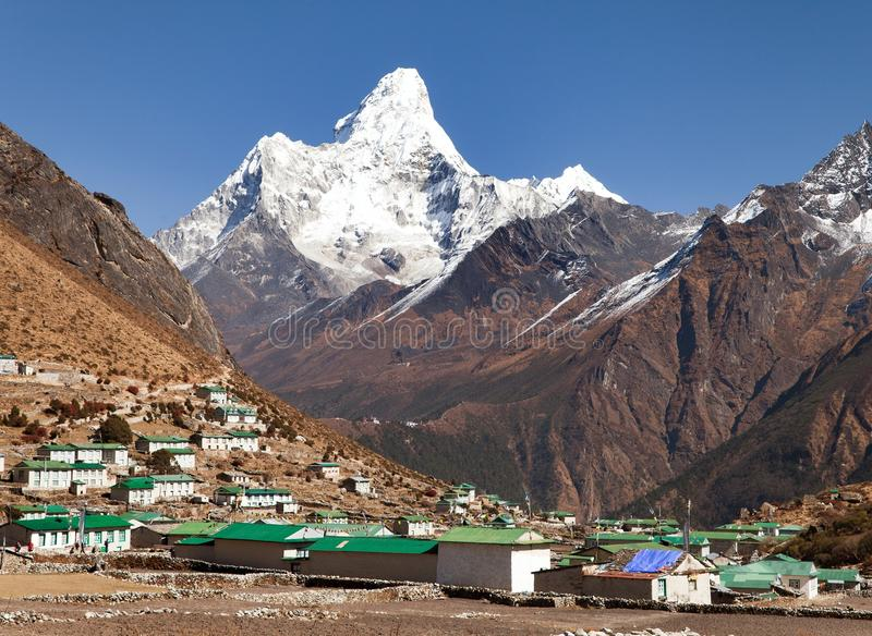 Monte el pueblo de Ama Dablam y de Khumjung cerca del bazar de Namche fotografía de archivo libre de regalías