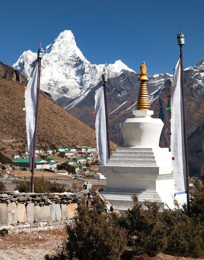 Monte el pueblo de Ama Dablam y de Khumjung cerca del bazar de Namche foto de archivo