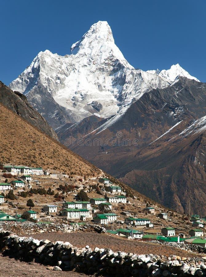 Monte el pueblo de Ama Dablam y de Khumjung cerca del bazar de Namche fotografía de archivo
