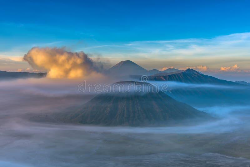 Monte el volcán Gunung Bromo de Bromo durante salida del sol del punto de vista foto de archivo
