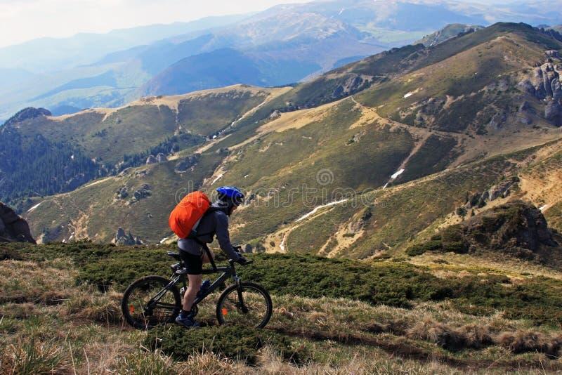 Monte en bas de la montagne photos stock