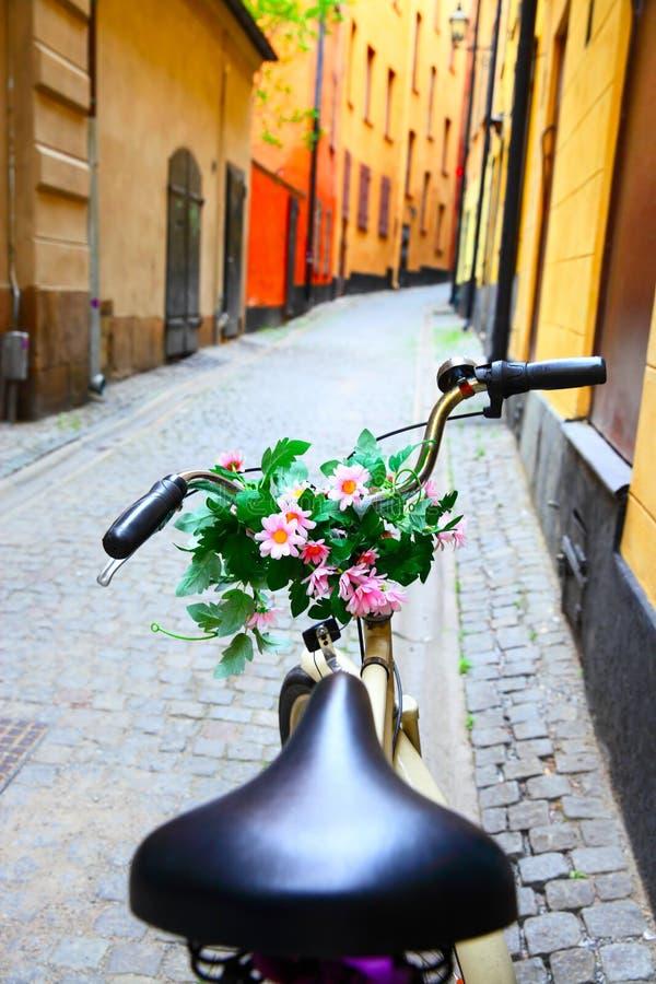 Monte en bicicleta con el manojo de flores en barra de la manija fotos de archivo libres de regalías