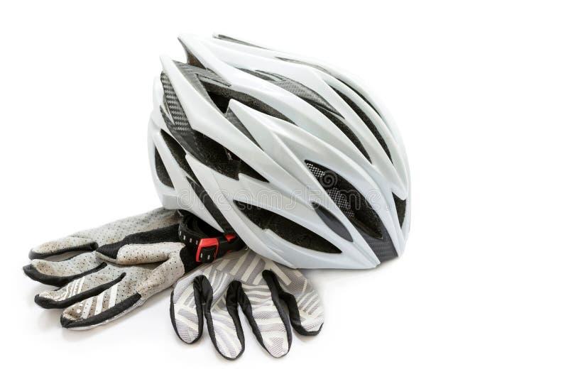 Monte en bicicleta el casco y los guantes en un fondo blanco, con acortar p imagen de archivo libre de regalías