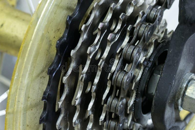 Monte en bicicleta el detalle, la rueda posterior con la cadena y el engranaje foto de archivo libre de regalías