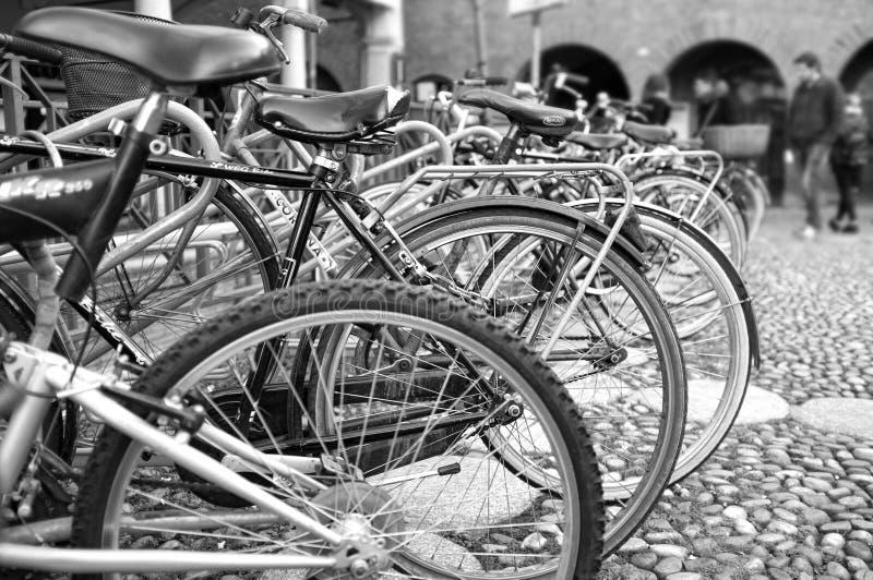 Monte en bicicleta el estacionamiento Foto blanco y negro de Pekín, China imagenes de archivo