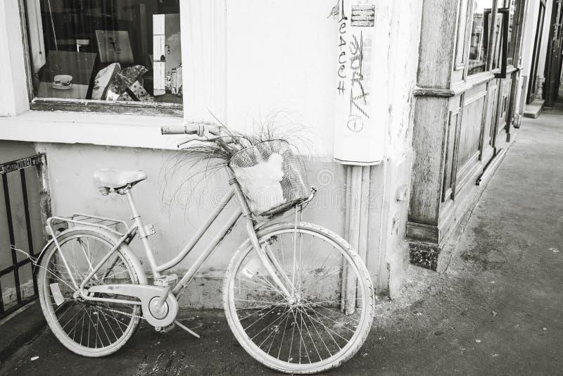 Monte en bicicleta en una calle de Montmartre el 9 de septiembre de 2016 en Francia fotografía de archivo libre de regalías