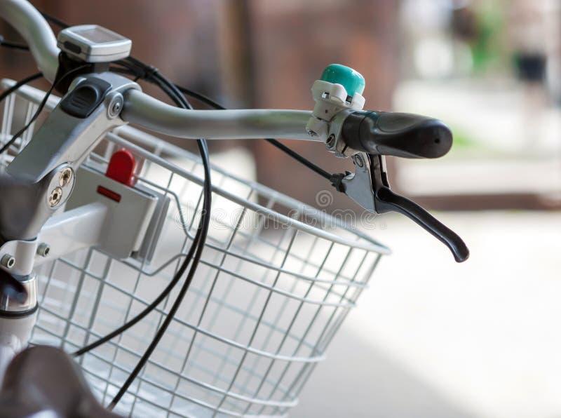 Monte en bicicleta la manija con una campana y un primer de la cesta fotos de archivo