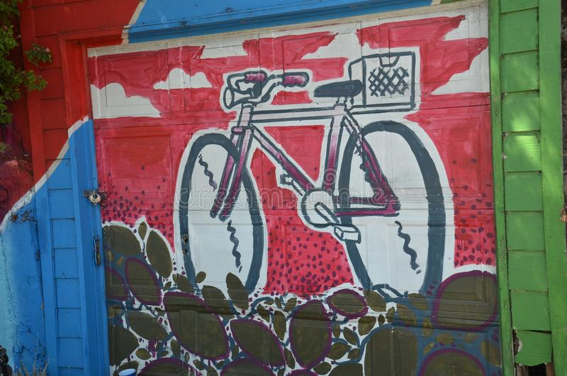 Monte en bicicleta la pintura en una puerta casera del garaje del ` s en Portland, Oregon imágenes de archivo libres de regalías