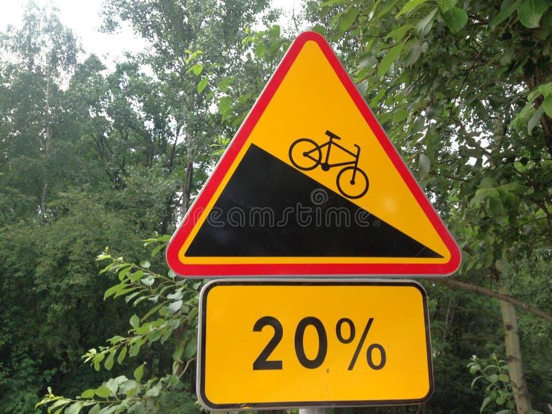 Monte en bicicleta la señal de tráfico foto de archivo