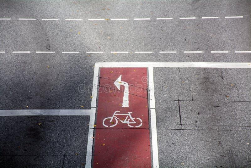 Monte en bicicleta la trayectoria, la marca roja del carril de la bici, el símbolo y la dirección fotografía de archivo