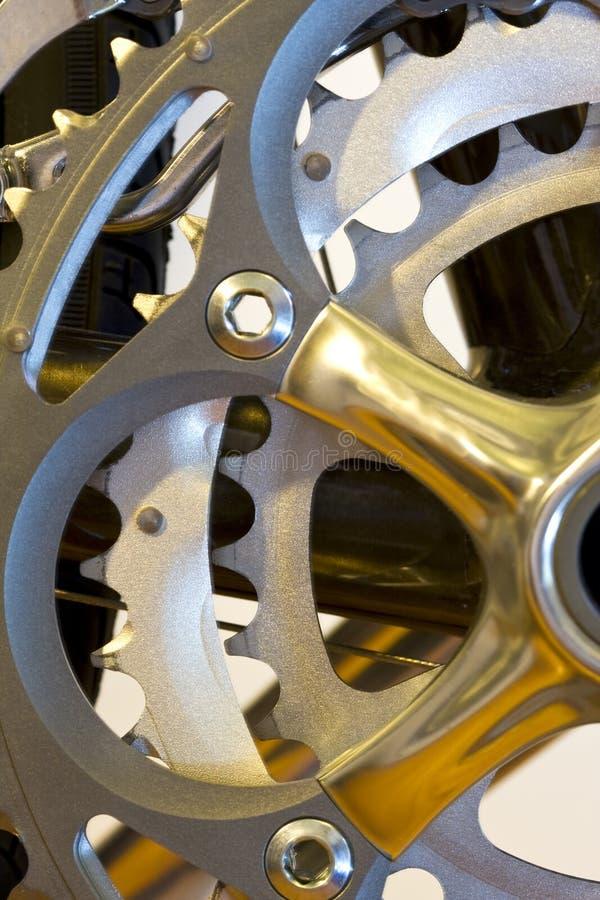 Monte en bicicleta los engranajes traseros foto de archivo