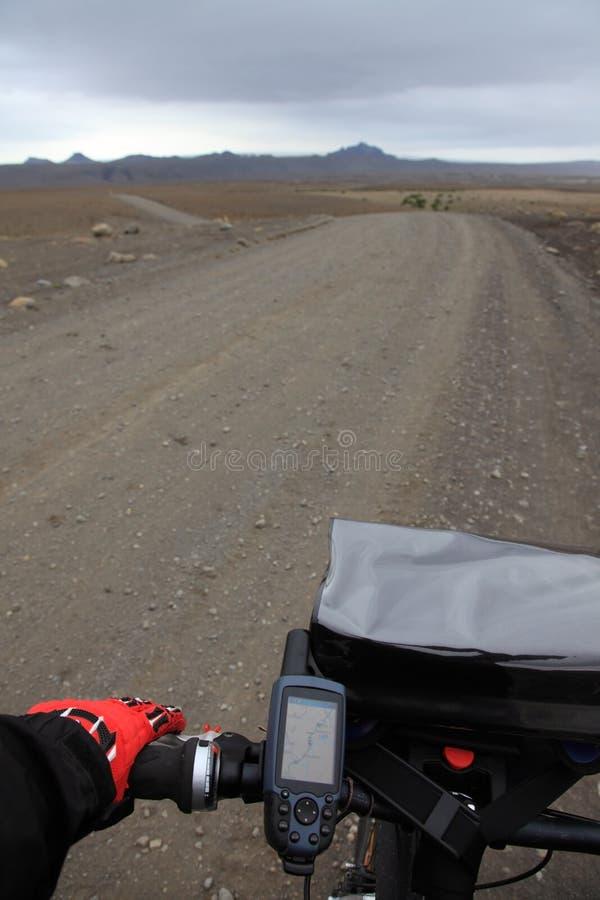 Monte en bicyclette en Islande image stock