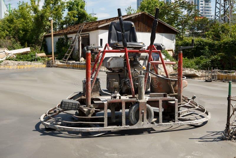 Monte en la máquina dual de la paleta del poder sobre el bloque de cemento recientemente pulido fotografía de archivo