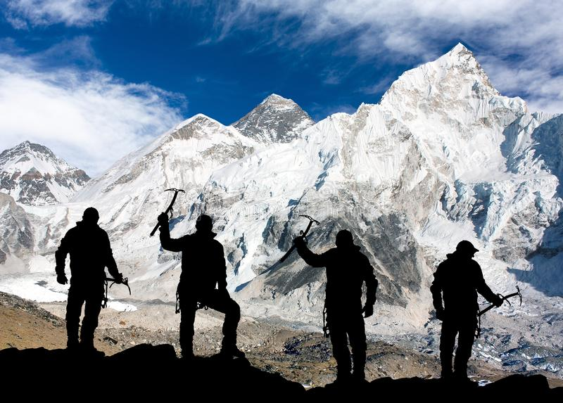 Monte Everest de Kala Patthar e da silhueta dos homens imagem de stock royalty free