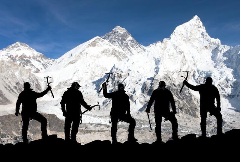 Monte Everest e silhueta de homens de escalada foto de stock royalty free