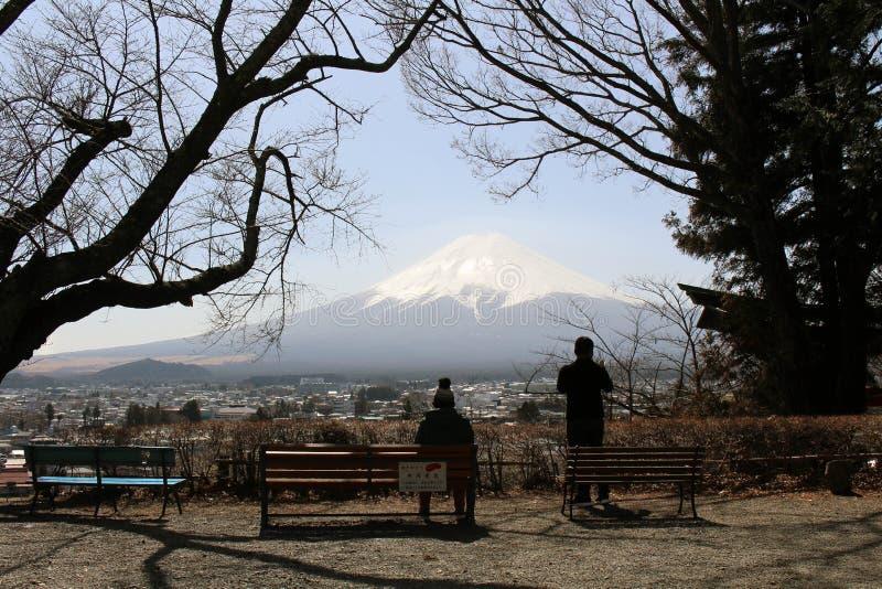 Monte Fuji como visto do pagode de Chureito Quando a religião encontrar nat fotografia de stock