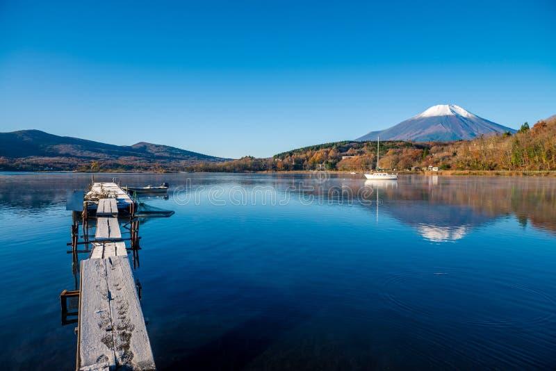Monte Fuji e lago Yamanaka imagem de stock