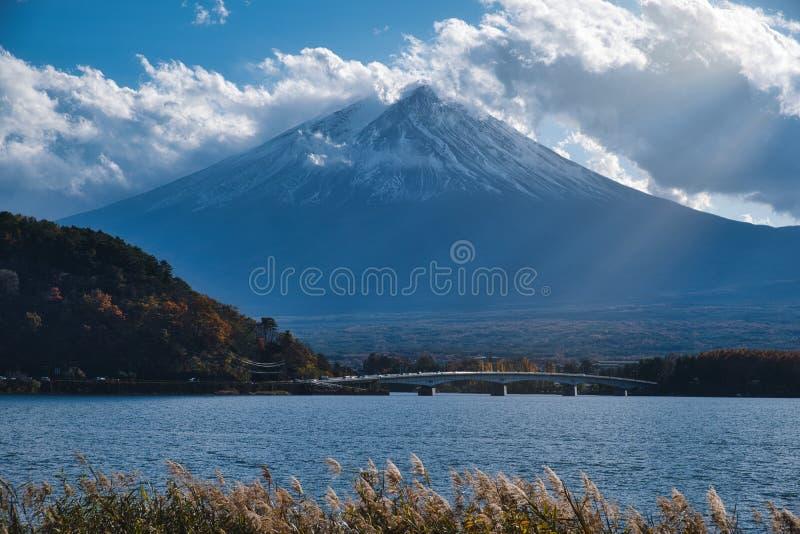 Monte Fuji e Ray de luz imagem de stock