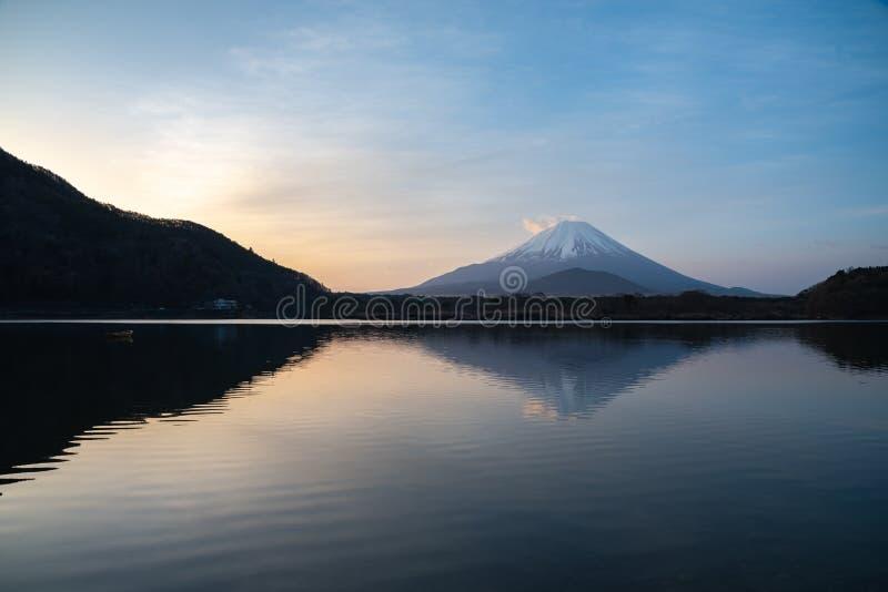 Monte Fuji ou Mt Fuji, o patrimônio mundial, vista no lago Shoji Shojiko na manhã foto de stock royalty free