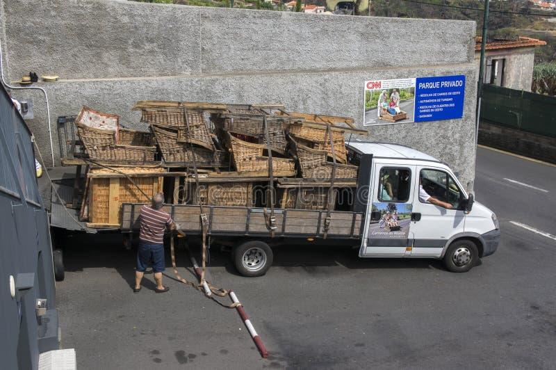 Monte, Funchal/MADERA - April 22, 2017: Coulisse van tobogan looppas, manden op spoor royalty-vrije stock afbeelding