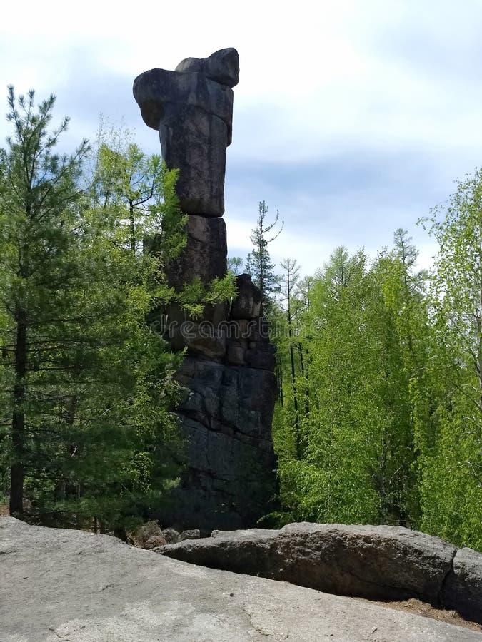 Monte Idol Bloqueios de pedra no centro da taiga Criação de floresta impenetrável de natureza siberiana, Irkutsk Sibéria fotos de stock royalty free