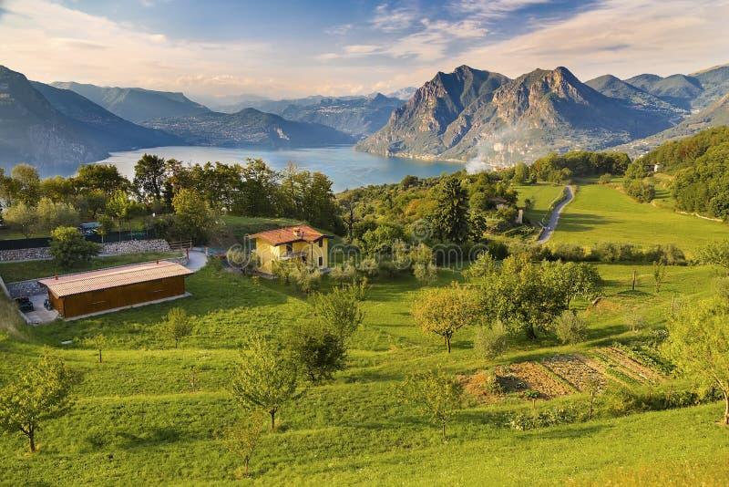 Monte Isola en Italie image stock