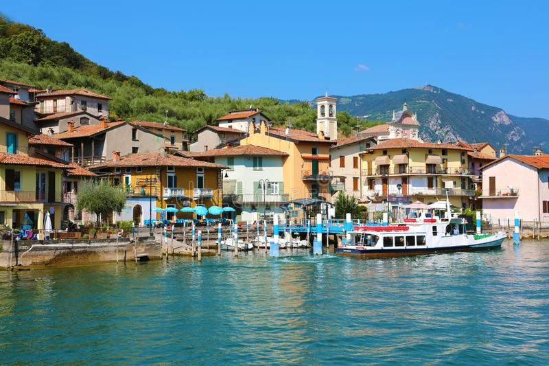 MONTE ISOLA, ITALIË - AUGUSTUS 20, 2018: mening van het kleine dorp van Carzano op Monte Isola-eiland in het midden van Meer Iseo stock afbeelding