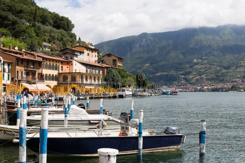 Monte Isola, Italie - 29 juin 2017 : Bateaux dans le port de l'île de Monte Isola sur le lac Iseo avec vue sur les montagnes - t photographie stock