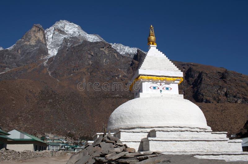 Monte Khumbila y el stupa blanco budista cerca del pueblo de Khumjung encendido foto de archivo