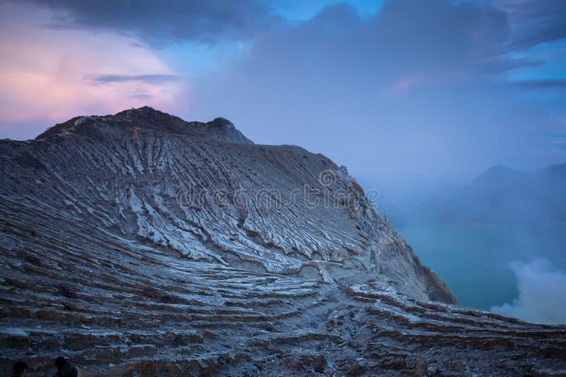 Monte la salida del sol del volcán de Kawah Ijen en Java Oriental, Indonesia imágenes de archivo libres de regalías